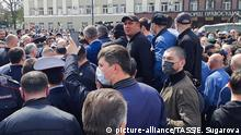 20.04.2020, Russland, Vladikavkaz: VLADIKAVKAZ, RUSSIA - APRIL 20, 2020: People take part in a protest against the self-isolation order in Svobody Square by the Palace of Justice. Non-working period was expanded in the Republic of North Ossetia till April 30, 2020 to prevent the spread of the novel coronavirus. Elina Sugarova/TASS Foto: Elina Sugarova/TASS/dpa |