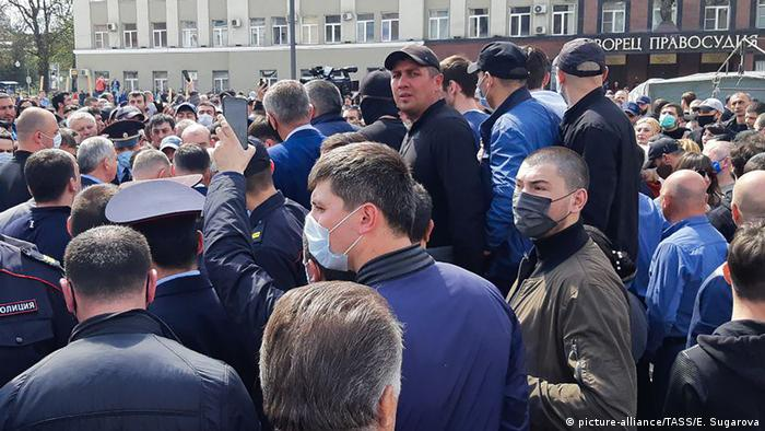 Russland Wladikawkas Protest gegen Quarantäne (picture-alliance/TASS/E. Sugarova)