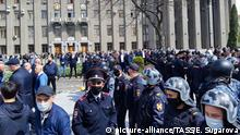 20.04.2020, Russland, Vladikavkaz: VLADIKAVKAZ, RUSSIA - APRIL 20, 2020: Law enforcement officers and people taking part in a protest against the self-isolation order in Svobody Square by the Palace of Justice. Non-working period was expanded in the Republic of North Ossetia till April 30, 2020 to prevent the spread of the novel coronavirus. Elina Sugarova/TASS Foto: Elina Sugarova/TASS/dpa |