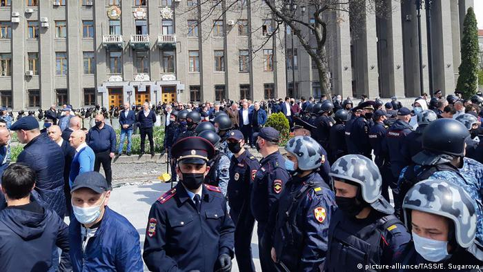 Протестующие и полиция на площади во Владикавказе 20 апреля 2020 года