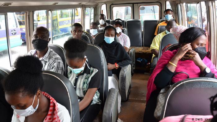 Tanzania Daressalam Fahrgäste mit Mundmasken (DW/S. Khamis)