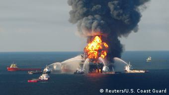 Brennende Ölplattform Deepwater Horizon, die von fünf Schiffen mit Wasserstrahlen gelöscht wird (Foto: Reuters/U.S. Coast Guard).