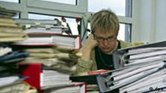 Письменный стол завален работой