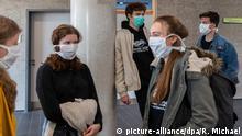 Fünf AbiturientInnen stehen im Treppenhaus und tragen einen Mundschutz.