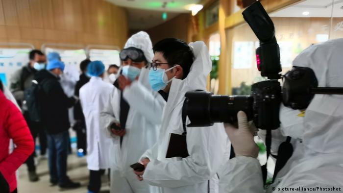 China | Pressefreiheit | Journalisten auf der Frontline im coronavirus (picture-alliance/Photoshot)