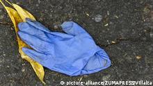 Deutschland Corona-Pandemie | Einmalhandschuhe auf der Straße
