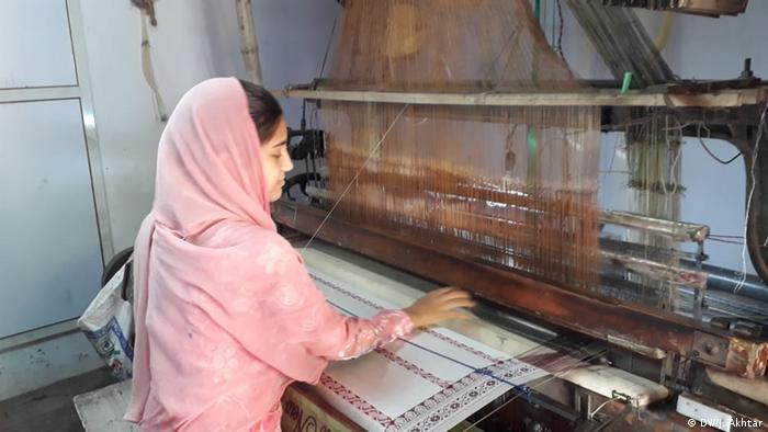 Mau Uttar Pradesh Indien Webmaschine Wirtschaft Arbeitslosigkeit (DW/J. Akhtar)