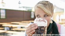 Junge blonde Frau im Dirndl Oktoberfest München Bayern