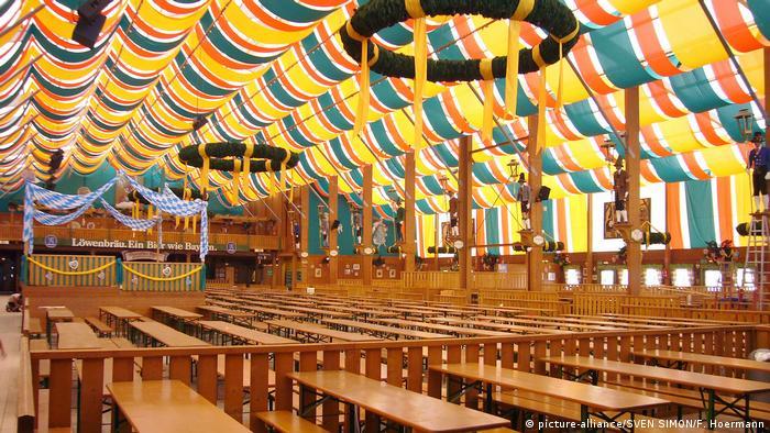 Leeres Zelt auf dem Oktoberfest (picture-alliance/SVEN SIMON/F. Hoermann)