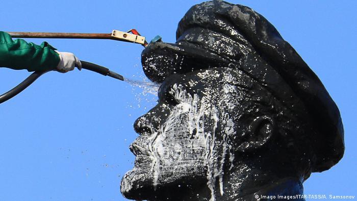 К 150-летию Ленина в России решили помыть его памятники