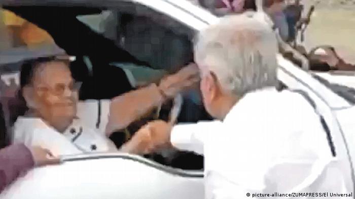López Obrador saludó a la madre de Joaquín El Chapo Guzmán. (29.03.2020).