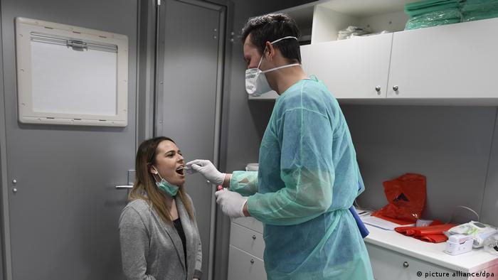 Eine Probantin absolviert einen Coronavirus-Test