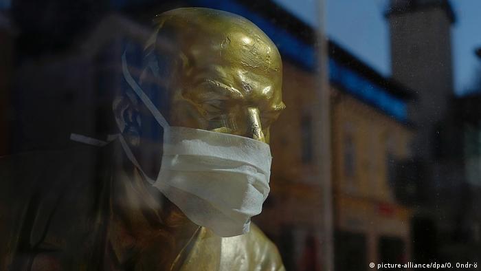 Ленин в защитной маске