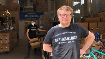 Samuel Languy at the En Stoemelings brewery in front of a delivery bike