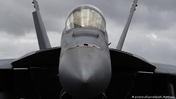 F-18 Kampfflugzeug der US-Armee (picture-alliance/dpa/A. Matthews)