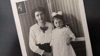 Frau und ca. 3-jähriges Mädchen im Jahr 1917 (Bild: DW/Spröer)