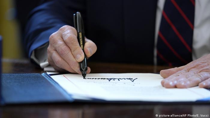 USA | Coronavirus | US Konjunkturpaket ist angenommen (picture-alliance/AP Photo/E. Vucci)