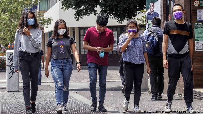 Jóvenes mexicanos en Ciudad de México se protegen con tapabocas.