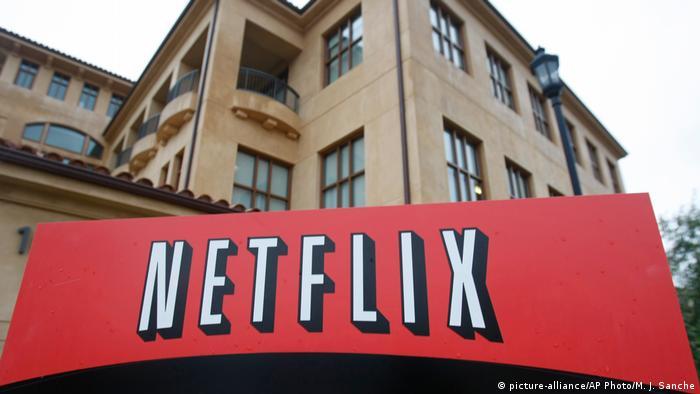 Corona-Pandemie sorgt für Kundenansturm bei Netflix (picture-alliance/AP Photo/M. J. Sanche)