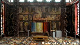 Από το εσωτερικό του εξπρεσιονιστικού «ναού της τέχνης» του Μποσάρ