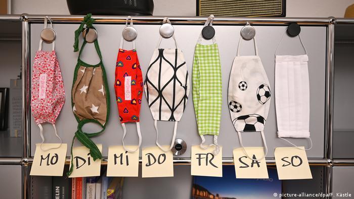 En una oficina de Baden-Wurtemberg cuelgan siete barbijos, uno para cada día de la semana, y cada uno en diferentes diseños y colores. A partir del lunes próximo, el uso de mascarillas será obligatorio en los comercios y el transporte público, en toda Alemania. Estas pueden ser hechas en casa. Lo importante es no usarlas más de 24 horas, lavarlas con agua caliente y jabón, o hervirlas.