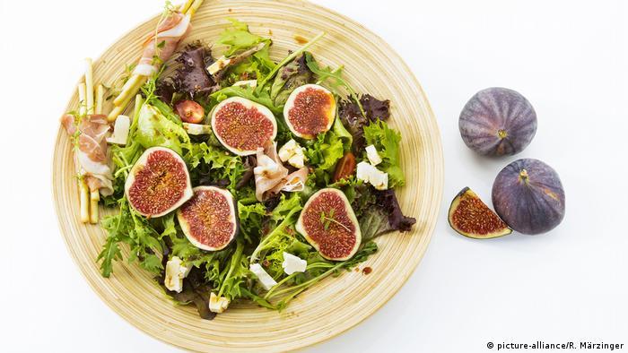 gemischter Salat mit Feigen, Tomaten, Schafskäse, Crispinis und Schinken (picture-alliance/R. Märzinger)