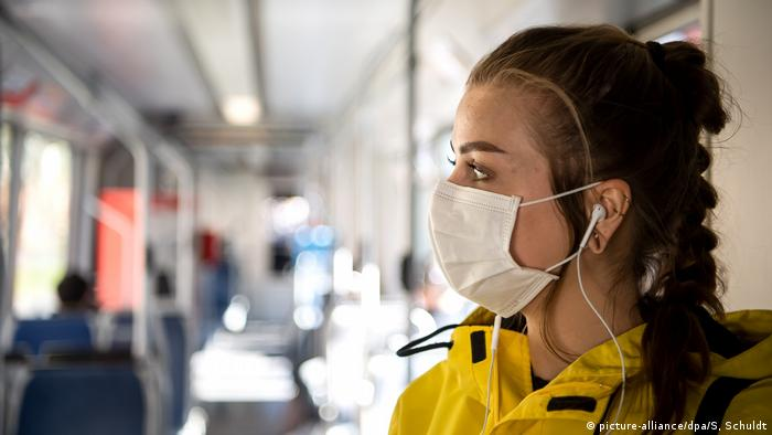 A woman wearing a face mask in a Bremen tram (picture-alliance/dpa/S, Schuldt)