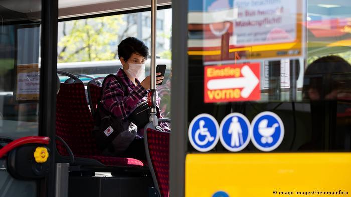 Пассажирка в маске в автобусе