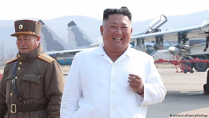Nordkorea Kim Jong-un Besuch Luftabwehr Stützpunkt (picture-alliance/Yonhap)