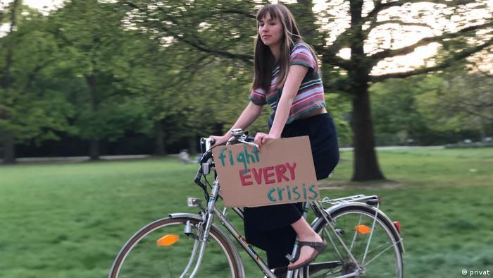 Fridays-for-Future-Aktivistin Pauline Bünger mit Protestplakat auf dem Fahrrad