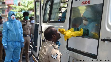 Entre el 19 y 30 de junio, la ciudad de Chennai y varios distritos vecinos, donde viven más de 15 millones de personas, serán confinados debido al recrudecimiento de la epidemia de coronavirus. Esta decisión se produce después de que India flexibilizara a principios de junio las draconianas restricciones impuestas para luchar contra el virus, que no da señales de disminuir en el país (15.06.2020).