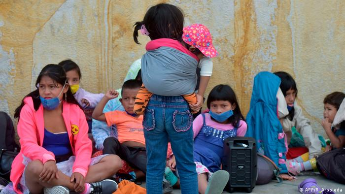Indígenas desplazados de sus territorios sufren cuarentena en los andenes de Bogotá.