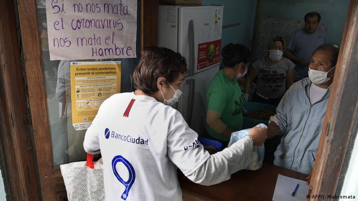 Foto de una mujer argentina que solicita ayuda alimenticia