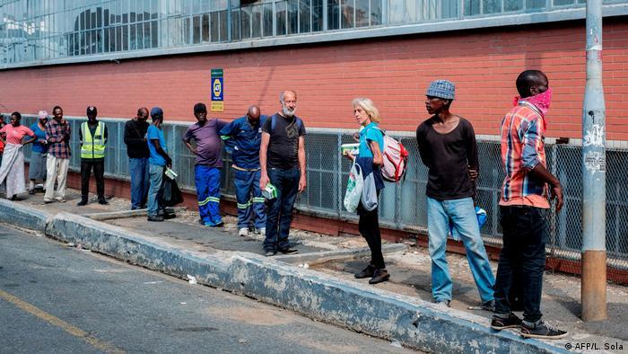 Eine Menschenschlange vor einer Suppenküche in Johannesburg