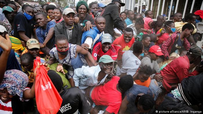 Coronavirus Afrika Kenia Nairobi Kibera Slum Essensausgabe