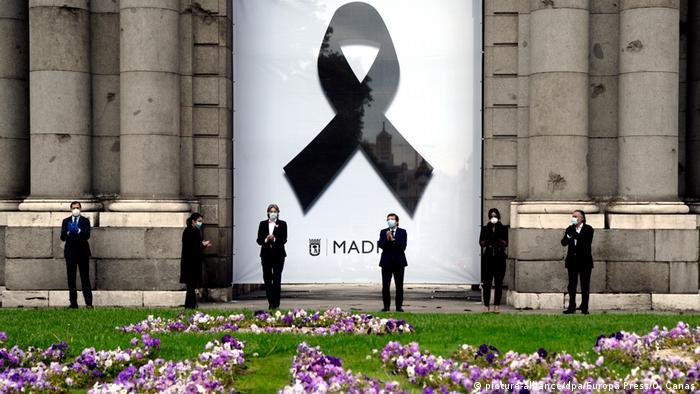 Spanien Riesen Trauerschleife für Corona-Tote in Madrid