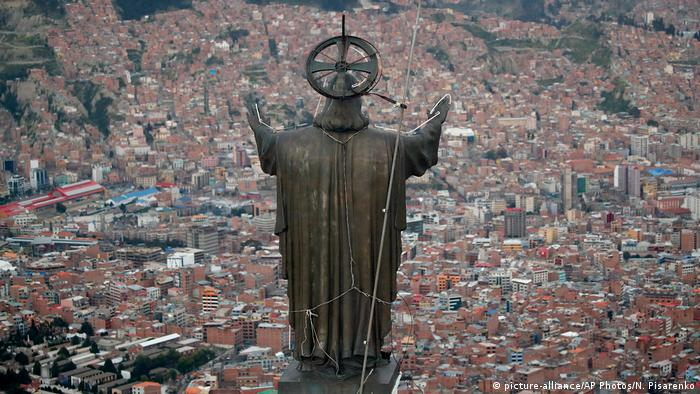 Bolivien La Paz | Statue Jesus Christus (picture-alliance/AP Photos/N. Pisarenko)