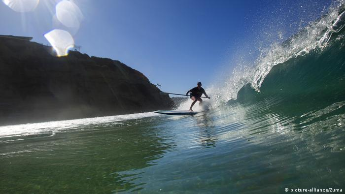 Surfer mit Riesenwelle,USA Kalifornien La Jolla Strand (picture-alliance/Zuma)