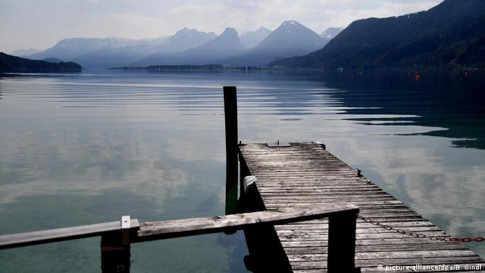 Baby Health in Winter Empty jetty at Wolfgangsee Lake, Austria (picture-alliance/dpa/B. Gindl)