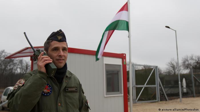 Ungarisch-Serbische Grenze Containerlager für Flüchtlinge in Tompa (picture-alliance/Photoshot)