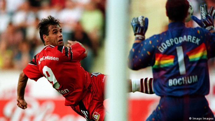 Ulf Kirsten beim Torschuß gegen den Bochumer Torhüter Uwe Gospodarek (Imago Images)