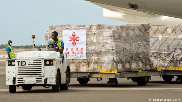 Chinesische Coronavirus-Hilfsgüter auf einem Flugplatzwagen in Accra