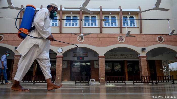 Desinfección de una mezquita en Karachi, capital de Pakistán.
