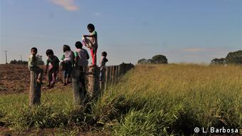 Crianças indígenas em meio a arbustos no Mato Grosso