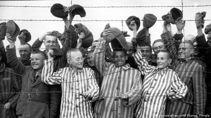 Dachau : Des prisonniers de Dachau, lors de la libération du camp par l'armée américaine, en mai 194