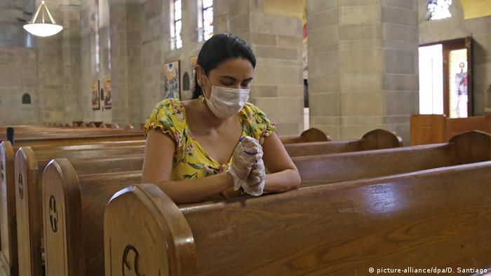 USA Miami | Coronavirus | Beten in Kirche (picture-alliance/dpa/D. Santiago)