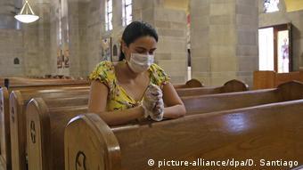 Женщина в маске в одной из церквей в Майами