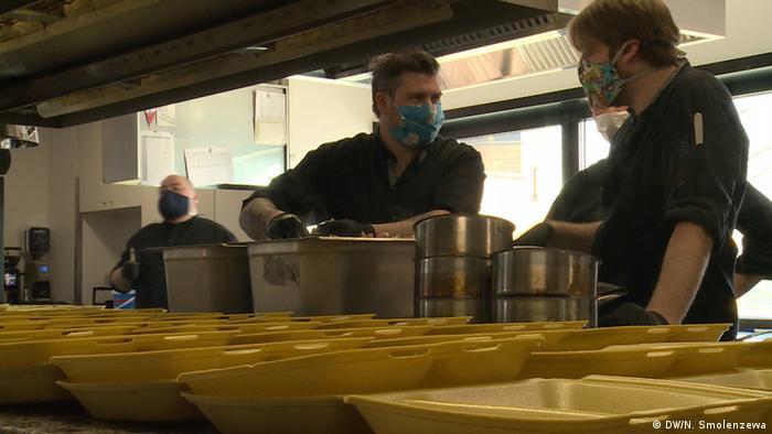 Даниэль Готтшлих (слева) и Эрик Шмиц на кухне своего ресторана