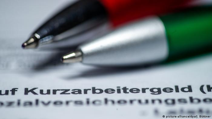 Формуляр для участия в программе Kurzarbeit и авторучки, лежащие на нем