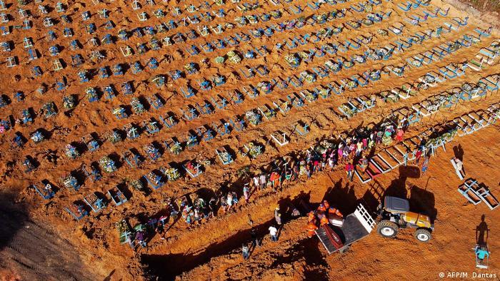 Cemitério em Manaus abre covas coletivas para vítimas da covid-19